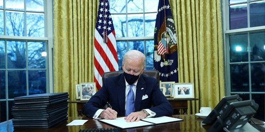 Biden says fully vaccinated people can go maskless outside – but not in crowds